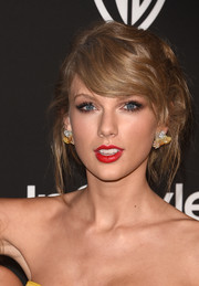 Taylor Swift made an appearance at the InStyle and Warner Bros. Golden Globes party rocking a messy-glam hairstyle.