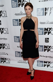 Carey Mulligan paired her sophisticated dress with classic black platform pumps.