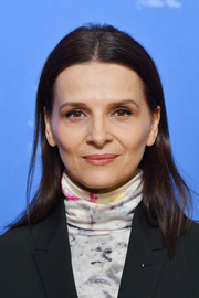 Juliette Binoche kept it basic with this straight center-parted hairstyle at the international jury photocall during Berlinale.