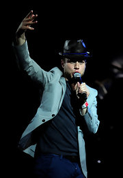 Olly Murs proved he can never go up on stage without a hat on, as he wore another straw number at the Isle of Man music fest.