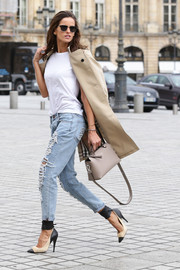 Izabel Goulart's plain white tee and classic trench combo get two thumbs up.