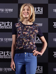 Rosamund looked street style sweet in her short-sleeve floral print top at the 'Jack Reacher' press conference.