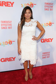 Jenna Ushkowitz looked very ladylike in an embroidered LWD by Catherine Deane while attending Grey's Centennial Gala.