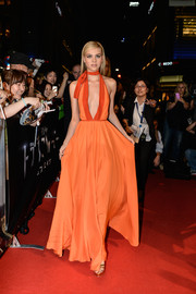Nicola Peltz looked absolutely breathtaking at the 'Transformers: Age of Extinction' Tokyo premiere in an orange Prada halter gown with a navel-grazing neckline.