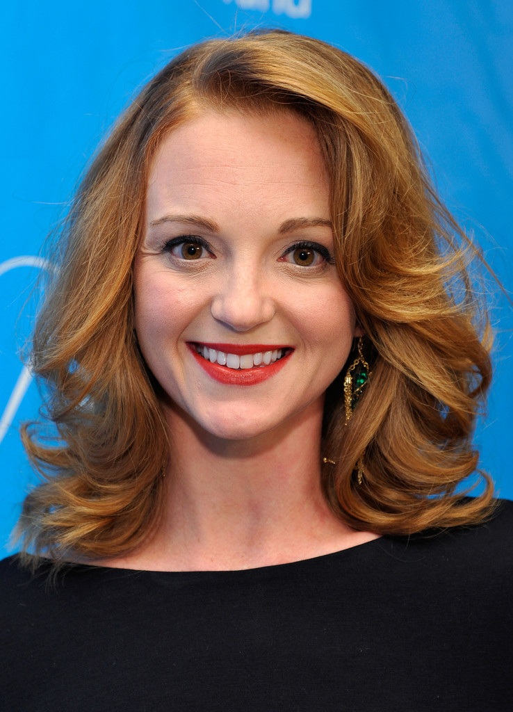 Shoulder length hairstyles lookbooks stylebistro jayma mays wore her layered shoulder length cut in a big bouncy curls at the urmus Image collections