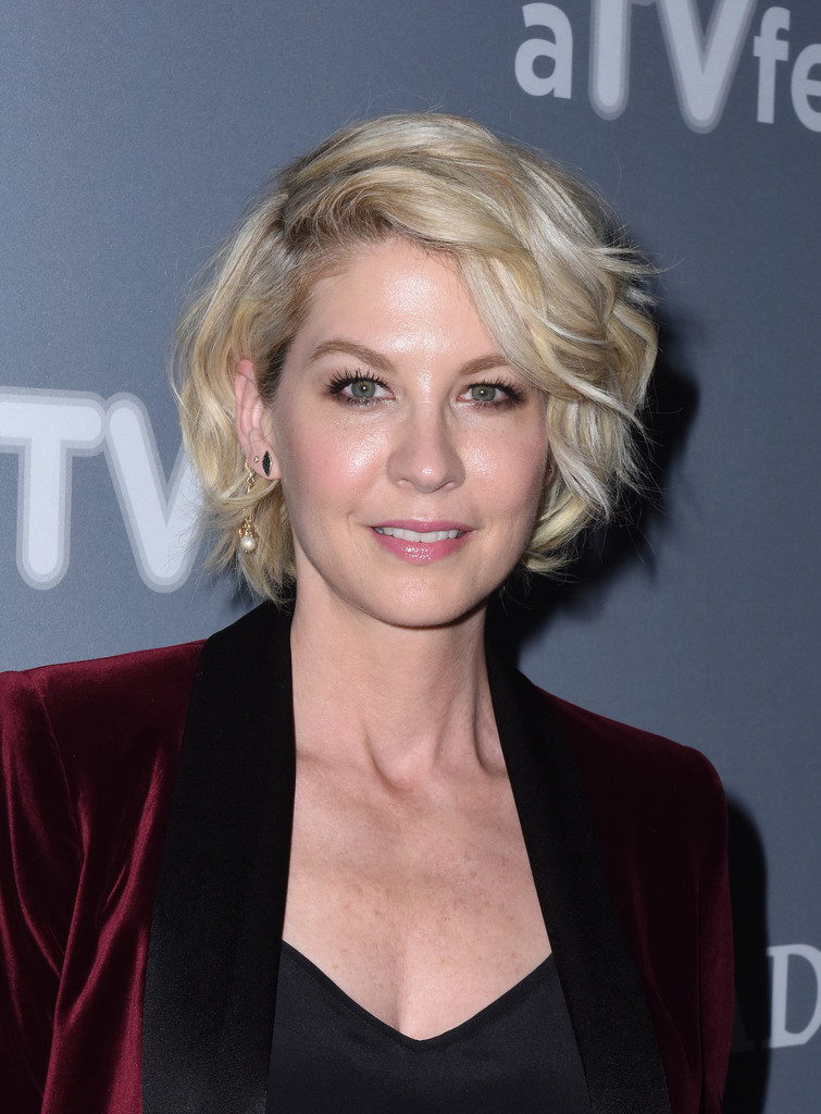 Jenna Elfman Curled Out Bob - Short Hairstyles Lookbook