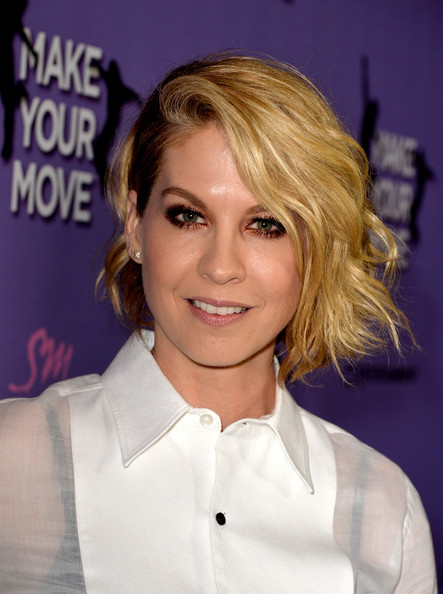 Jenna Elfman Short Wavy Cut [make your move,red carpet,hair,hairstyle,blond,eyebrow,chin,forehead,layered hair,hair coloring,brown hair,long hair,jenna elfman,california,los angeles,the pacific theatre,the grove,screening,screening]