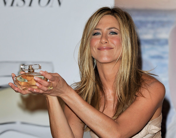 http://www4.pictures.stylebistro.com/gi/Jennifer+Aniston+Launches+Debut+Fragrance+HYDaXRkhrUXl.jpg