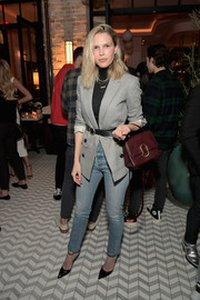 Sara Foster attended the Jennifer Meyer store opening wearing a gray blazer and skinny jeans.