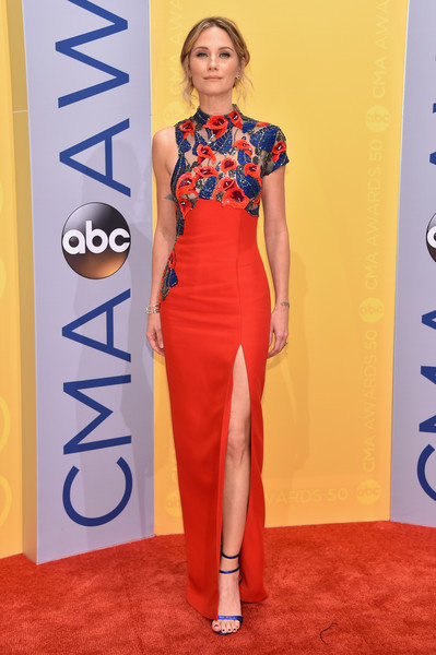Jennifer Nettles Form-Fitting Dress
