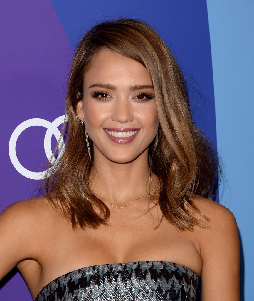 Jessica Alba Medium Wavy Cut Jessica Alba Hair Looks Stylebistro