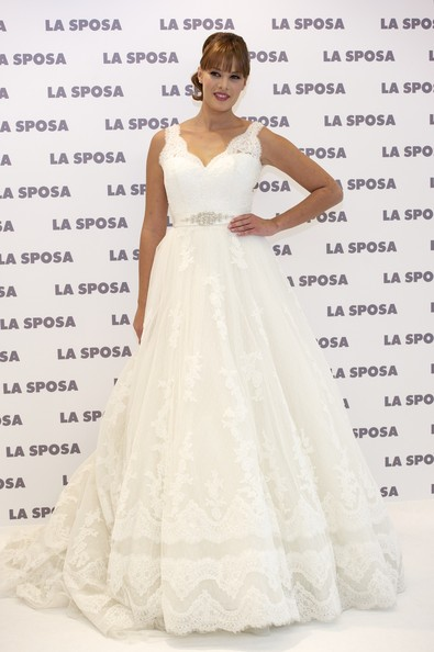 Jessica Bueno modeled a white lacy wedding dress for La Sposa in Spain.