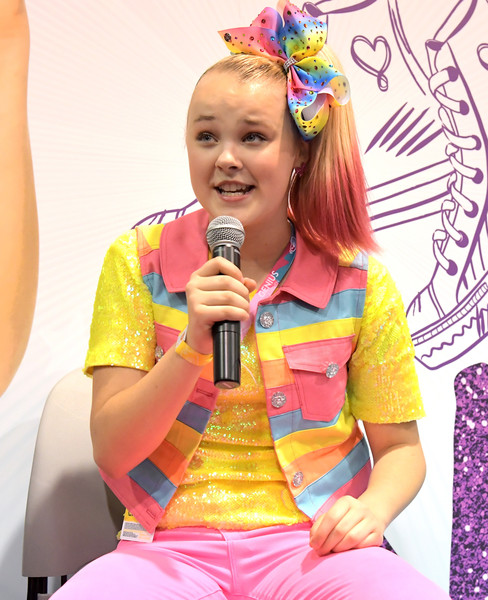 JoJo Siwa Hair Bow [singing,microphone,singer,fun,event,performance,child,happy,jojo siwa,nickelodeon star,social influencer,booth,2018 vidcon,anaheim,california,anaheim convention center,nickelodeon]