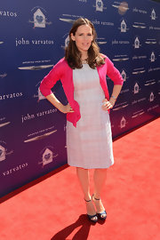Jennifer Garner paired a pale pink dress with a hot pink cardigan for a casual but feminine red carpet look.