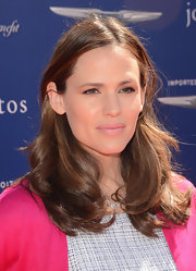 Jennifer Garner opted for a super laid back look with loose waves and a sleek center part.