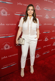 Sophie Simmons topped off her ensemble with a cream-colored shoulder bag.