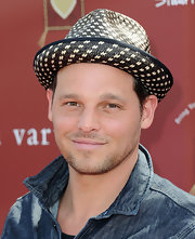 Justin Chambers attended the 8th Annual Stuart House wearing a straw fedora hat.