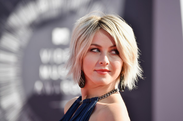 Julianne Hough Messy Cut [hair,beauty,blond,human hair color,hairstyle,lady,girl,chin,hair coloring,model,arrivals,julianne hough,2014 mtv video music awards,inglewood,california,the forum]