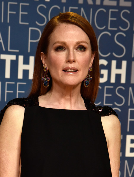 Julianne Moore Long Straight Cut [red carpet,hair,hairstyle,shoulder,premiere,little black dress,dress,cocktail dress,brown hair,long hair,smile,julianne moore,breakthrough prize,mountain view,california,nasa ames research center]
