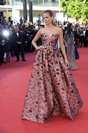 Natasha Poly attended the Cannes premiere of 'Julieta' looking like a princess in this strapless pink jacquard gown by Prada.