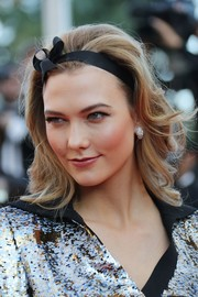 Karlie Kloss worked a retro vibe with this teased hairstyle at the Cannes premiere of 'Julieta.'
