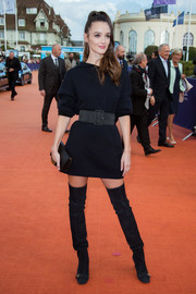 Charlotte Le Bon sealed off her all-black attire with a Dior leather clutch.