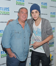 Elvis Duran looked so cool and comfy in a chambray button-down with rolled-up sleeves.