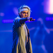 Justin Bieber accessorized with a white paisley headband while performing at Staples Center.