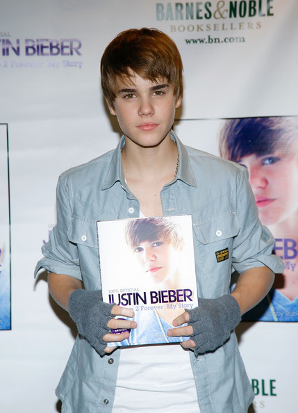 Justin paired his button down shirt with gray fingerless gloves.