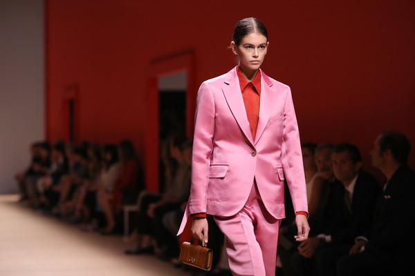 Kaia Gerber Leather Purse [salvatore ferragamo,kaia gerber,fashion,clothing,suit,runway,pink,fashion show,fashion design,formal wear,blazer,event,milan fashion week,show,milan fashion week spring,runway,milan,italy]