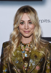 Kaley Cuoco sported mismatched eyeshadow for a playful beauty look.