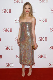 Clearly Kate Bosworth loves sparkle—among her shimmering sheath, gold clutch, and glittery shoes, there's nothing  on her body without shine!