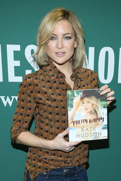 Kate Hudson Neutral Nail Polish [blond,layered hair,long hair,premiere,fur,feathered hair,brown hair,fawn,eyelash,kate hudson signs,kate hudson,love your body,pretty happy: healthy ways,book,barnes noble union square,new york city]
