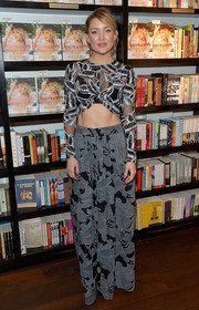 Kate Hudson put her incredibly toned abs on display in a Thakoon leaf-motif crop-top during her book signing.