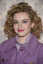 Julia Garner looked gorgeous with her curled-out bob at the Kate Spade fashion show.