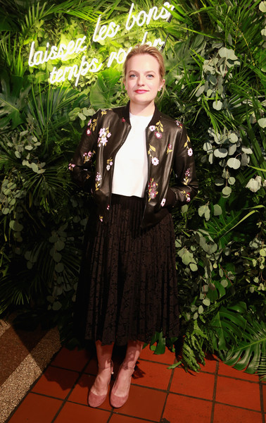 Elisabeth Moss punctuated her dark outfit with a pair of blush-colored round-toe pumps.