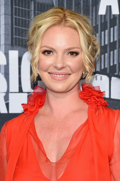 Katherine Heigl Messy Updo [hair,blond,face,hairstyle,red,lip,orange,chin,layered hair,premiere,arrivals,katherine heigl,nashville,tennessee,music city center,cmt music awards]