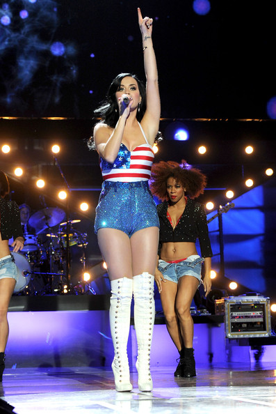 Katy Perry Short Shorts [uso presents ``vh1 divas salute the troops,performance,entertainment,thigh,performing arts,dancer,leg,event,fashion,human leg,public event,katy perry,vh1 divas salute the troops,mcas miramar,california,uso,pt,show,concert event]