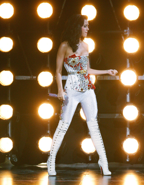 Katy Perry Corset Top [performance,entertainment,performing arts,performance art,music,light,stage,event,dancer,dance,katy perry,2009 mtv video music awards,new york city,radio city music hall,show]
