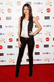 Victoria sparkled on the red carpet in these skinny sequined pants.