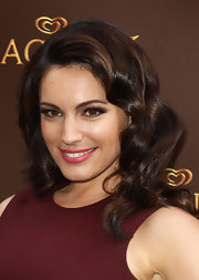 Kelly Brook flaunted her hazel eyes with thick brow-reaching lashes.