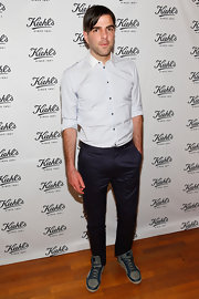 Zachary Quinto chose a pair of navy blue pants to pair with a white button down at the Kiehl's event.