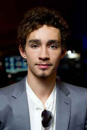 Robert Sheehan wore his hair in short curls for the UK premiere of Killing Bono.