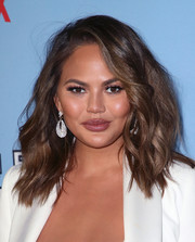 Chrissy Teigen added major sparkle with a pair of dangling diamond earrings by Kallati.