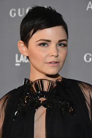 Ginnifer perfected the arched brow and retro cat eye for this stunning beauty look.