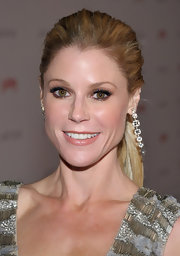 Julie Bowen intensified her eye makeup look with lots of black liner and mascara at the LACMA Art and Film Gala.