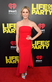 Julie Bowen looked simply chic in a strapless red gown with an asymmetrical hem at the world premiere of 'Life of the Party.'