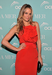Molly Sims paired her sophisticated dress with a glam black frame clutch.