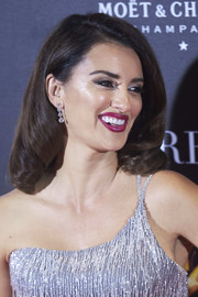 Penelope Cruz exuded vintage glamour wearing this curly 'do at the Madrid premiere of 'La reina de Espana.'