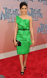 Frieda paired her structured Oscar De La Renta dress with a stunning black satin clutch.